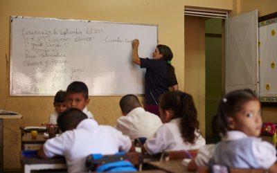 Éxodo de maestros e hiperinflación amenazan el futuro de la educación privada en Venezuela.