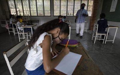 Evalúan reabrir las escuelas para los estudiantes de educación media