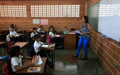 Fuga de maestros deja a madres y representantes como docentes